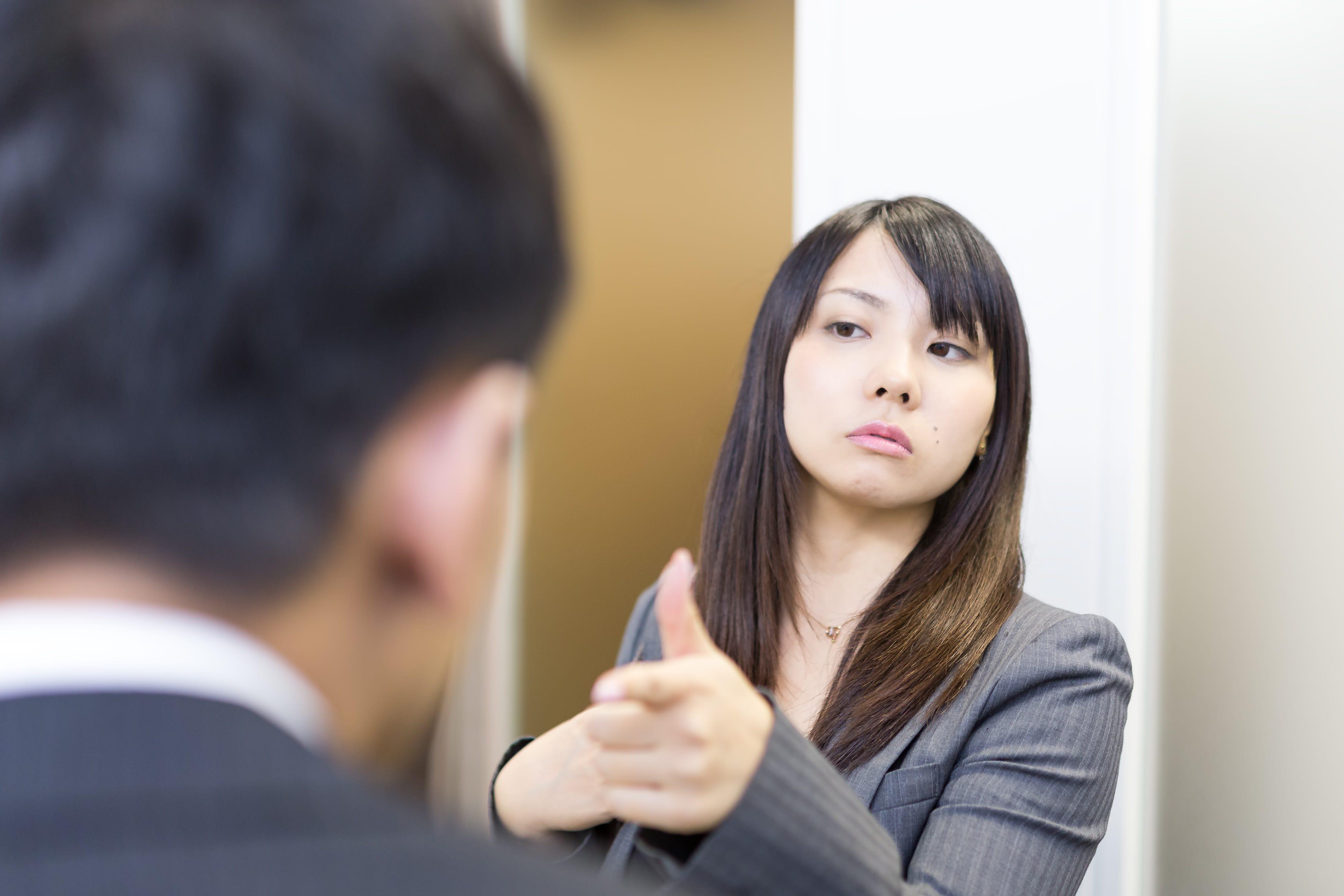 """alt=""""指摘する女性"""">"""