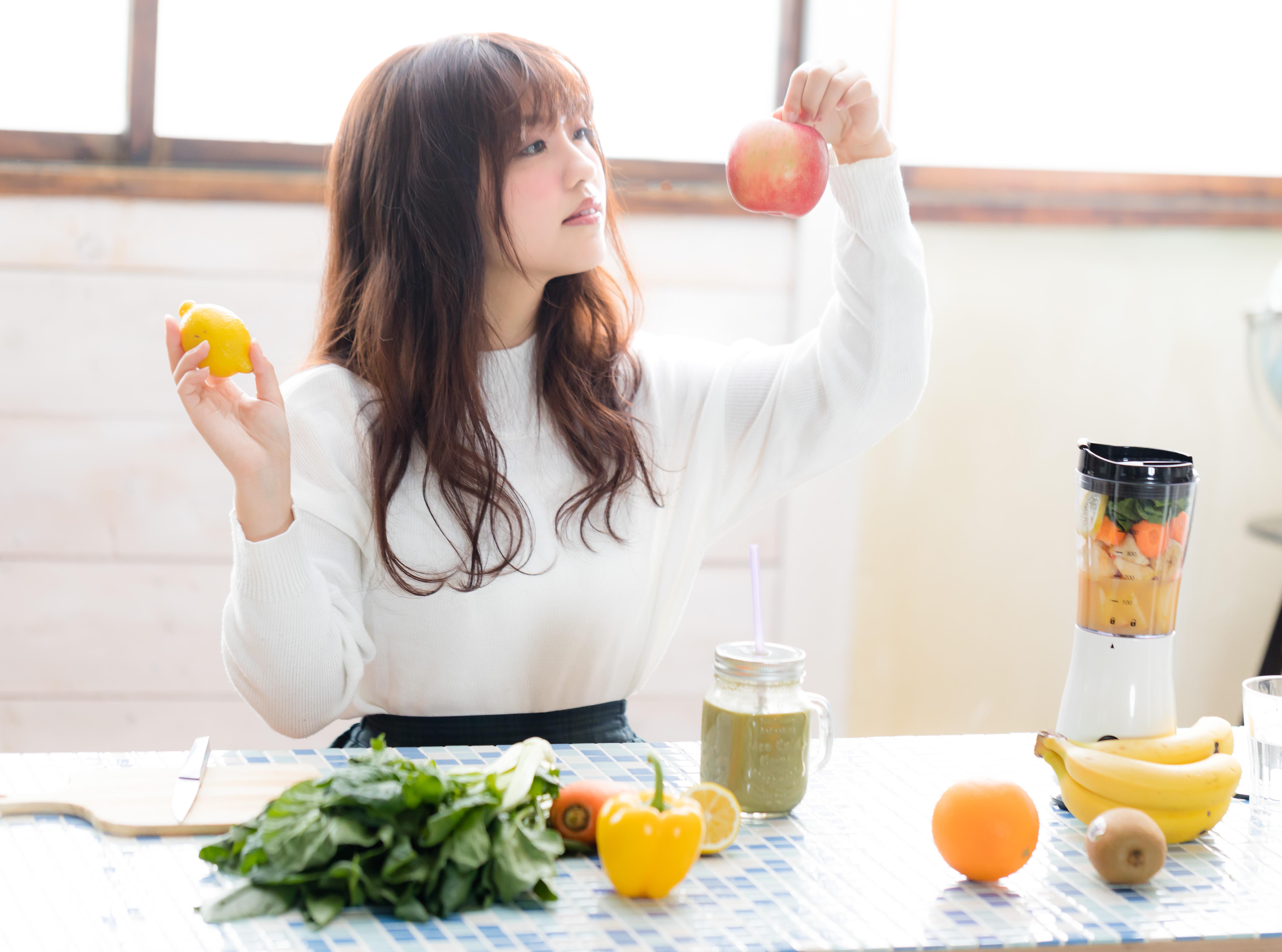 果物を選ぶ女性