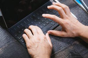 キーボードを使っている手