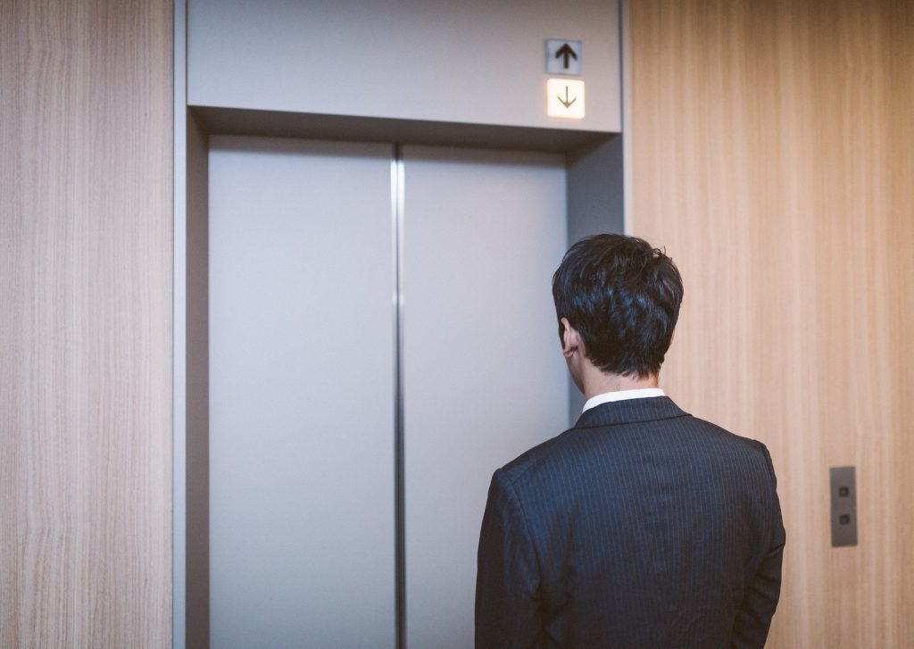 エレベーターホール 待ち方