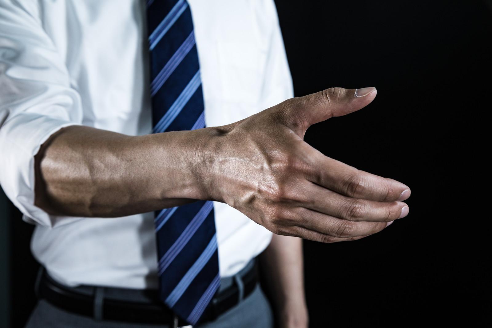 腕まくりをしているサラリーマン