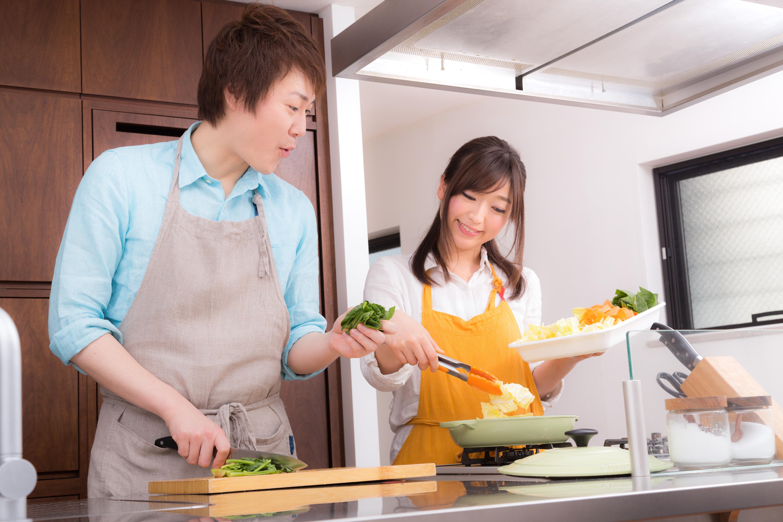 料理している夫婦