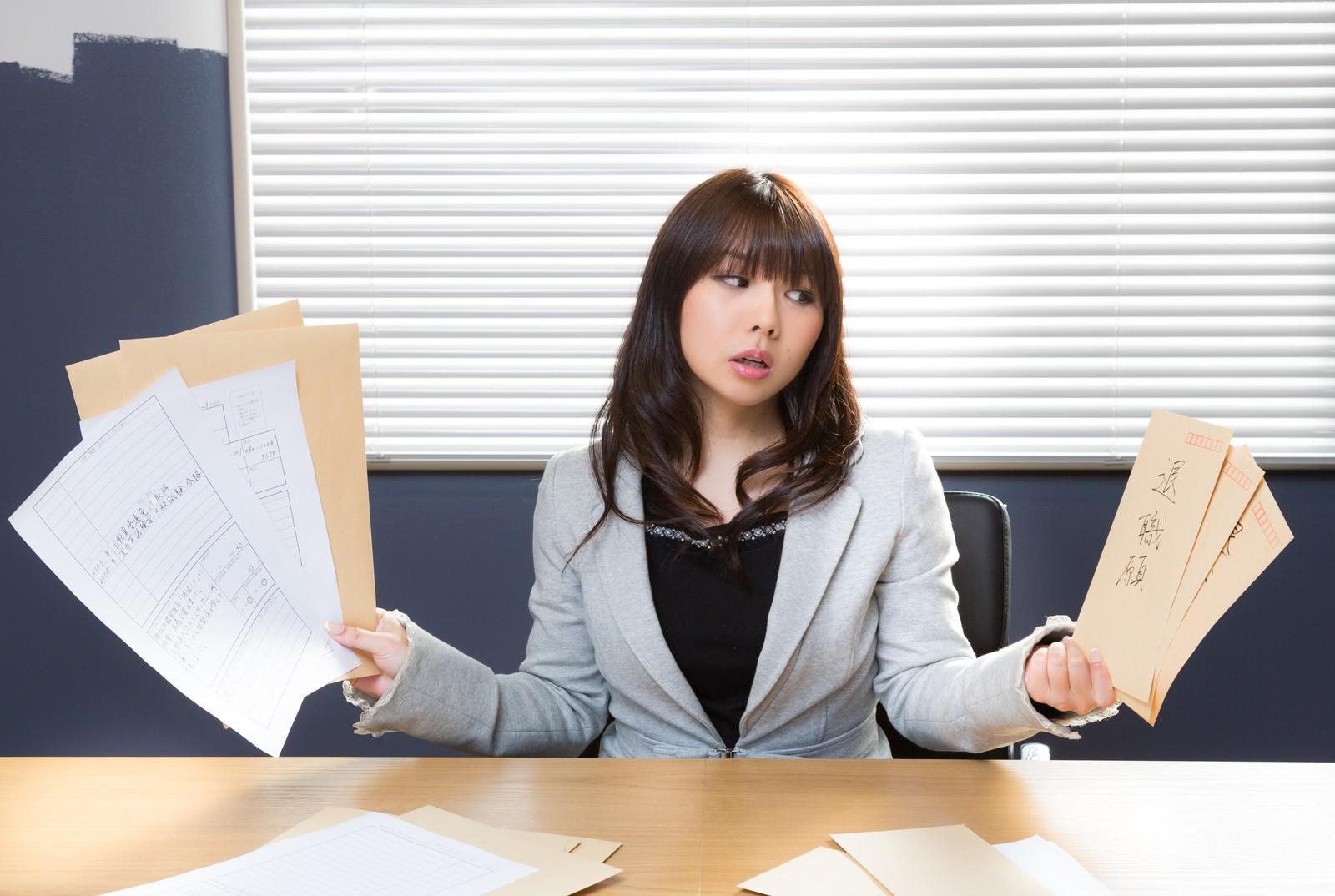 履歴書を見る女性