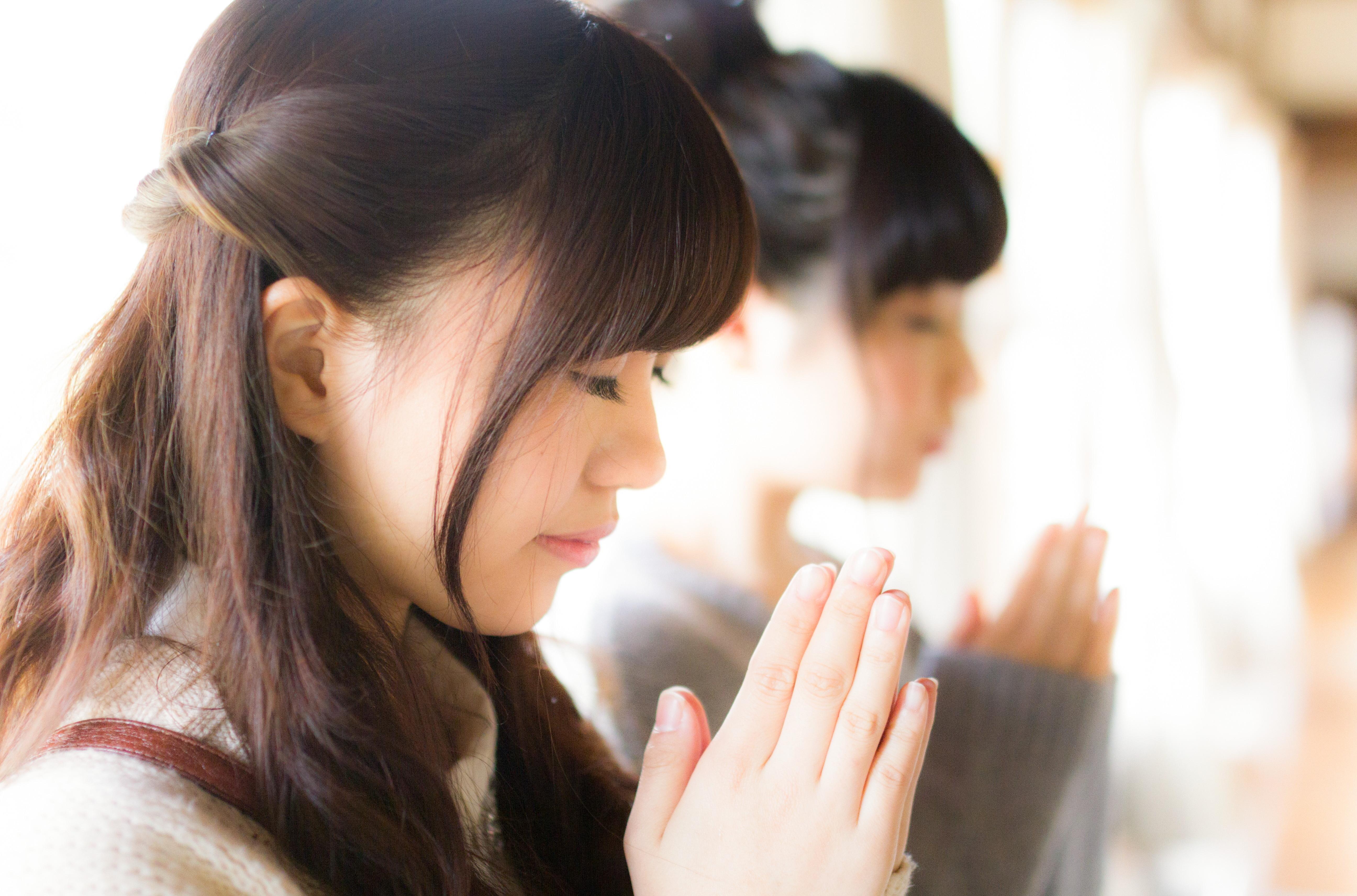 合格祈願をする女性