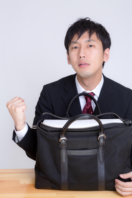 バッグをアピールするビジネスマン