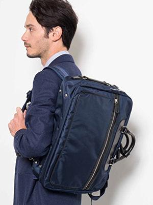 バッグを背負う男性