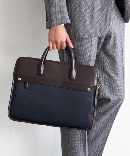 ビジネスバッグを持つ男性