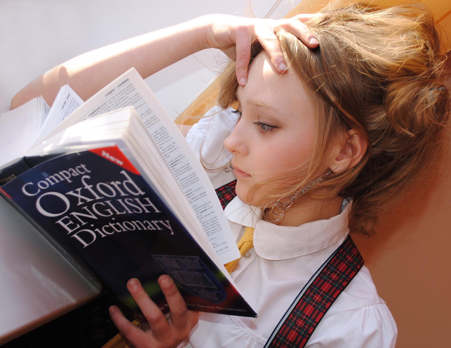 英語辞書を読んでいる女の子