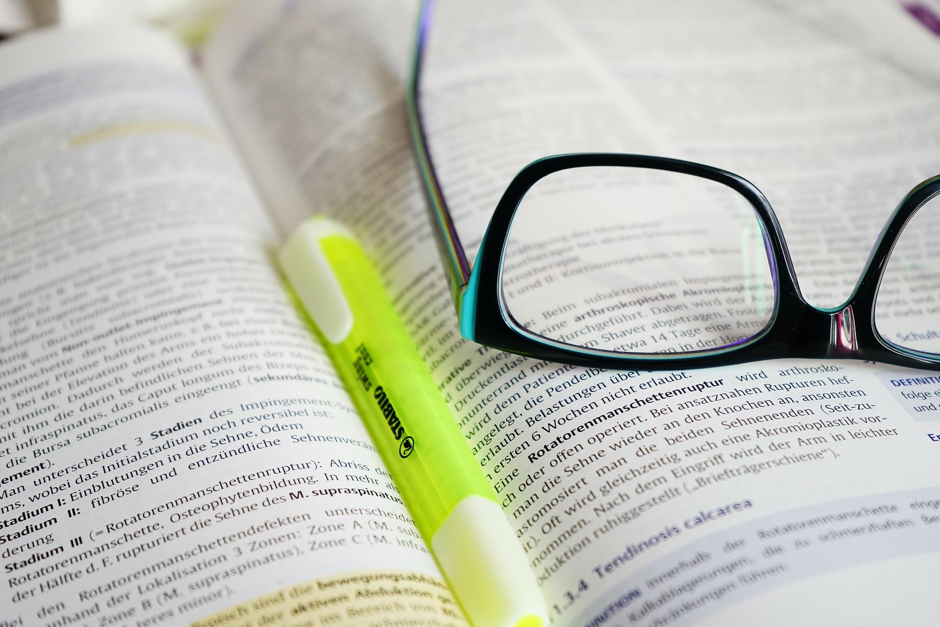 メガネとペンと本