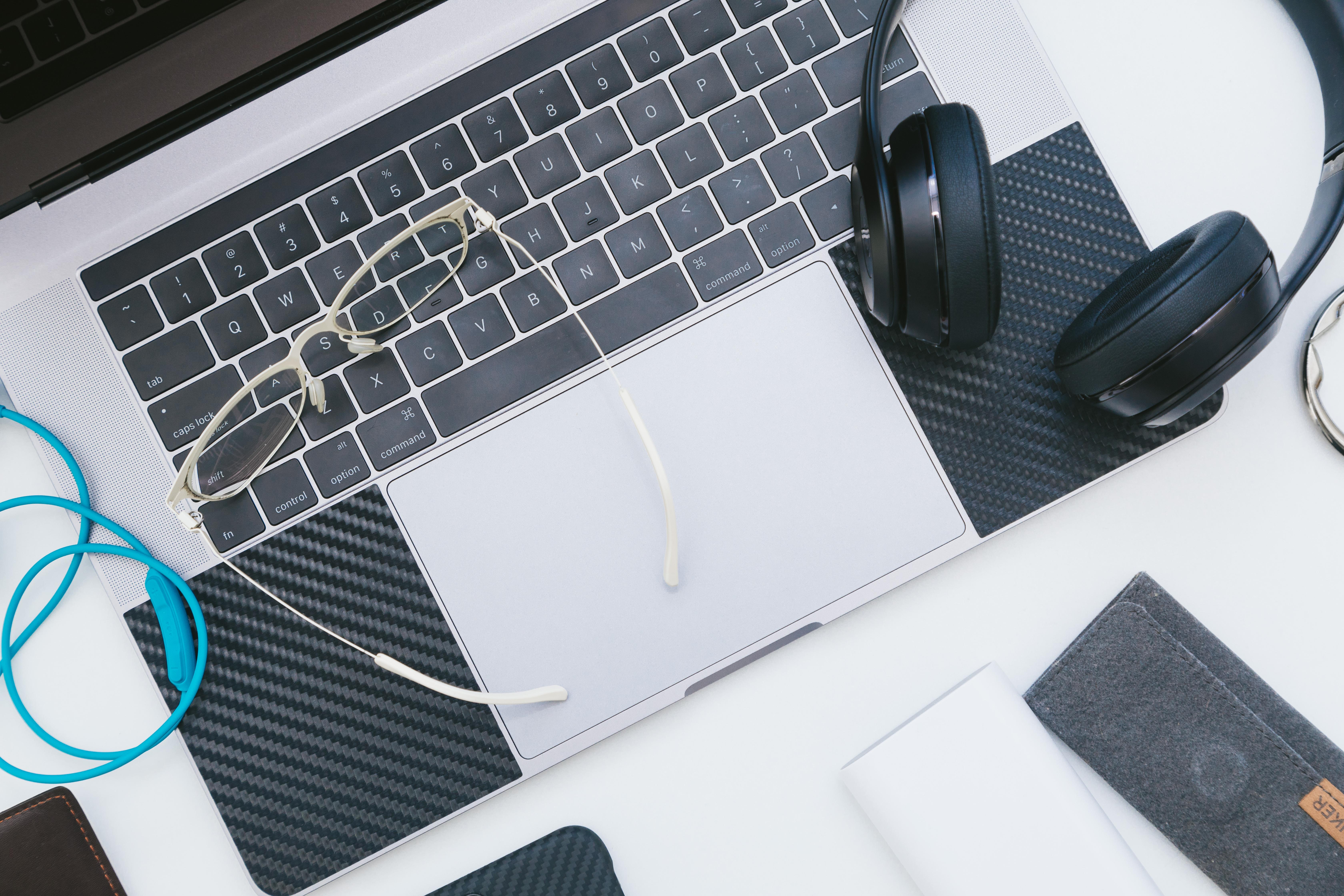ノートPCとヘッドホン