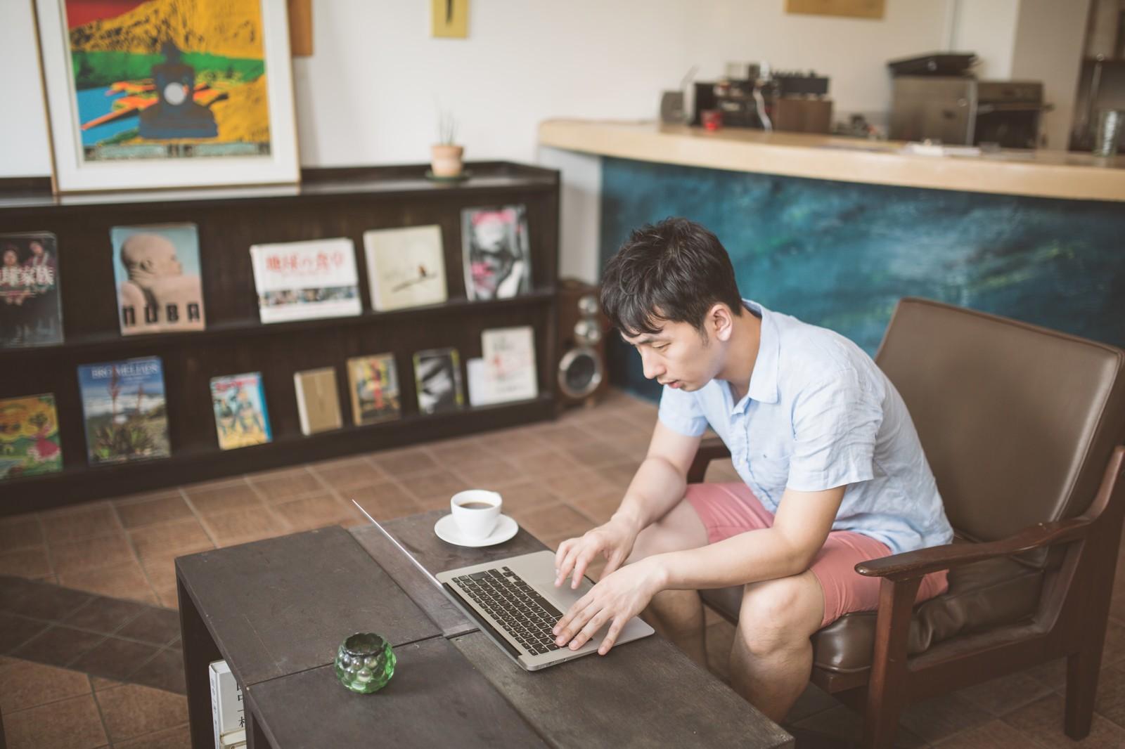 家で仕事をする男性
