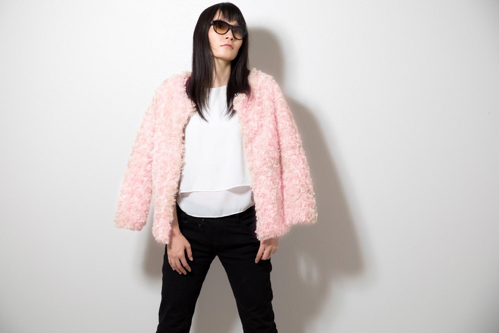 コートを羽織るモデル系の女性