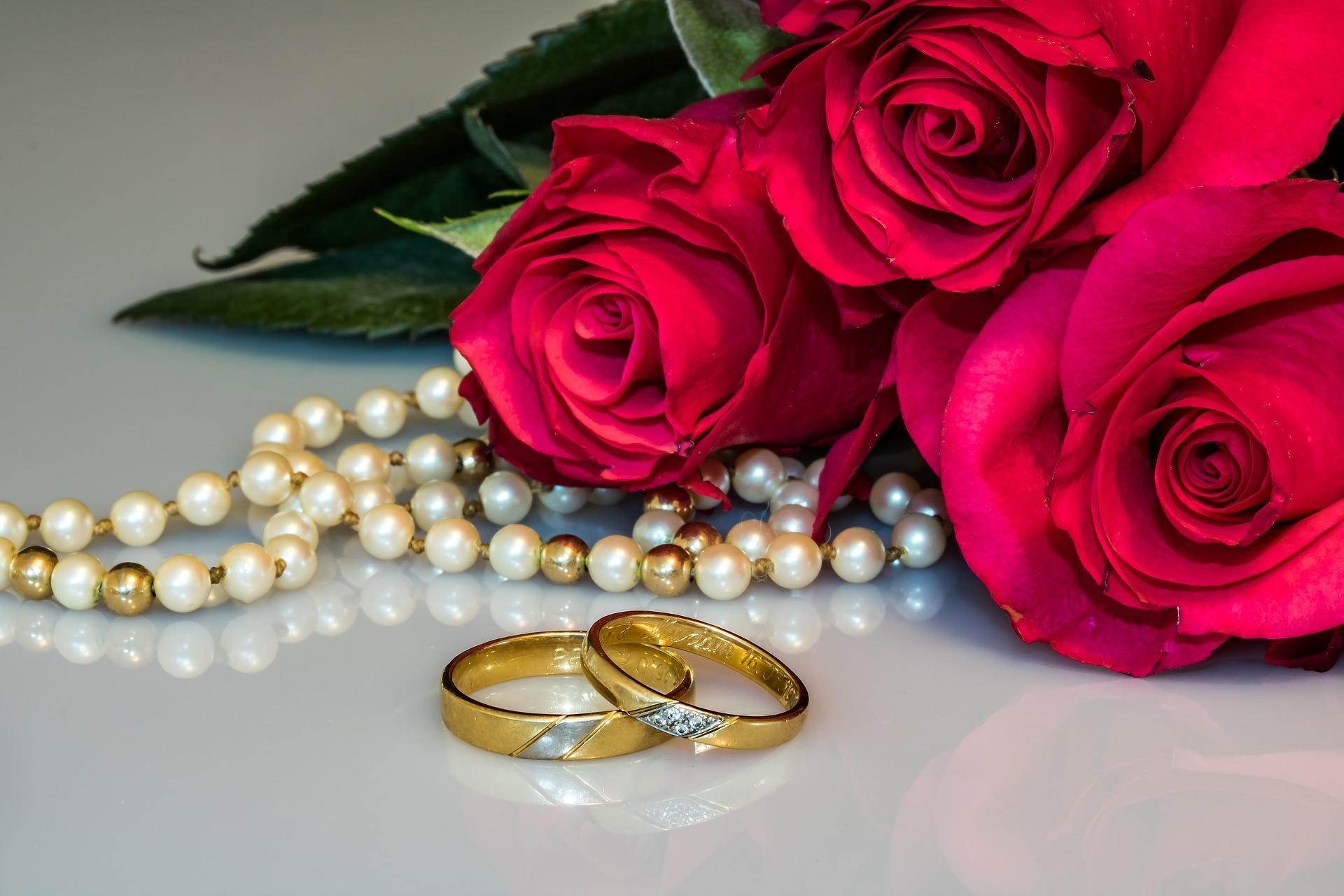 指輪とネックレスとバラ